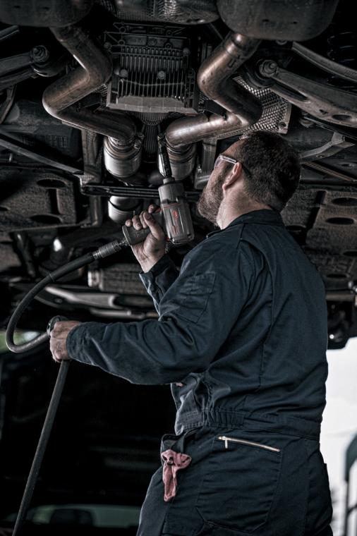 Auto mechanic using Ingersoll Rand 2235TiMAX