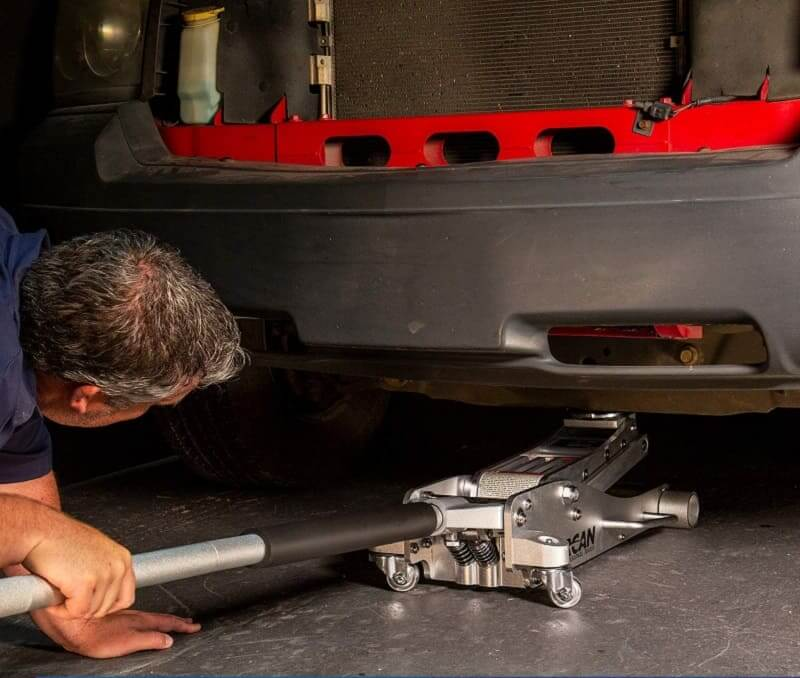 auto mechanic using Arcan ALJ3T jack